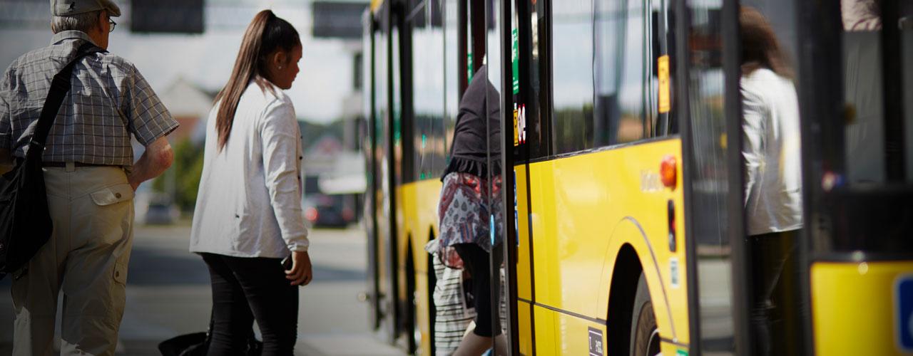 Hjulene på bussen kører rundt